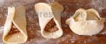 Тесто по рецепты супруги Ельцина - Наины.         1 стакан ледяной воды, 2 яйца, полчайной ложки соли, 1-2 ст.л. сметаны.    Размешиваем и добавляем муку. Столько, чтобы получилось достаточно крутое тесто.    Мешаем сначала в этой миске, потом выкладываем