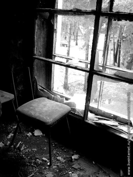 18.А он сидит и смотрит у окна...