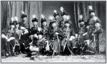 Портрет офицеров Преображенского полка в костюмах для бала 1903 г