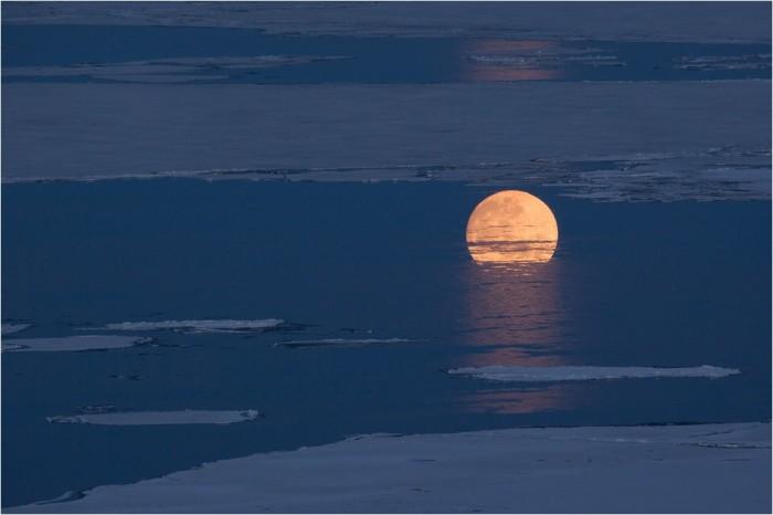 ПОГРУЖЕНИЕ В БАЙКАЛ - Не ФШ, отражение луны среди льдов. День, когда почти одновременно садится солнце и восходит луна, точнее 8 мая 2009, вечер.