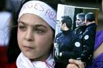Молодой сторонник ливанского заключенного Жоржа Ибрагима Абдаллы в ходе акции протеста призывающей французские власти к его освобождению в официальной резиденции французского посла в Ливане, Бейрут. День взятия Бастилии в Париже, Франция, 14 юля 2010 года