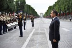 Президент Франции Николя Саркози слушает военный духовой оркестр. День взятия Бастилии в Париже, Франция, 14 юля 2010 года.