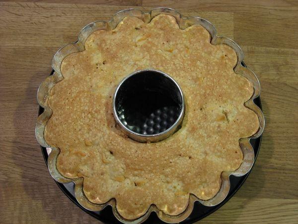 Выпекать шарлотку в нагретой до ~180°С около ~35-40 минут. Во время выпечки дверцу духовки не открывать, чтобы шарлотка не опала.