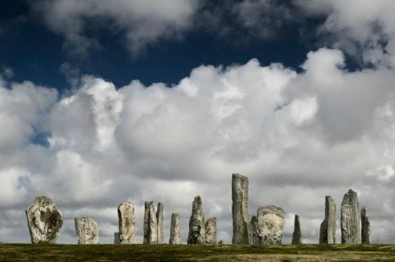 Камни Калланиш, остров Льюис, Шотландия. Словно непреклонные смотрители вот уже 5000 лет стоят они в Шотландии. По легенде, когда-то это были живые великаны, посмевшие не принять христианство по Санкт-Кирану. Теперь же они обречены находиться тут в настав