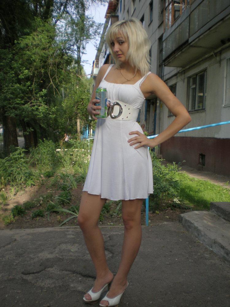 голая по мини платьем фото