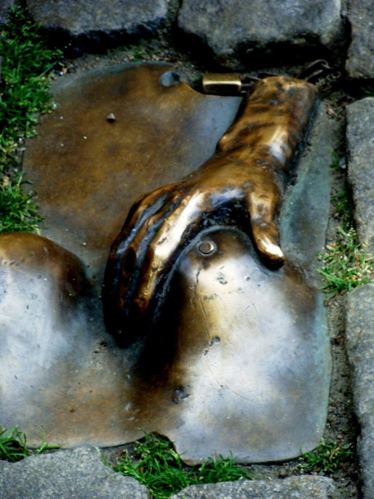 памятник проститутке в париже