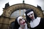 [+] Увеличить - зомби-парад во франкфурте 3