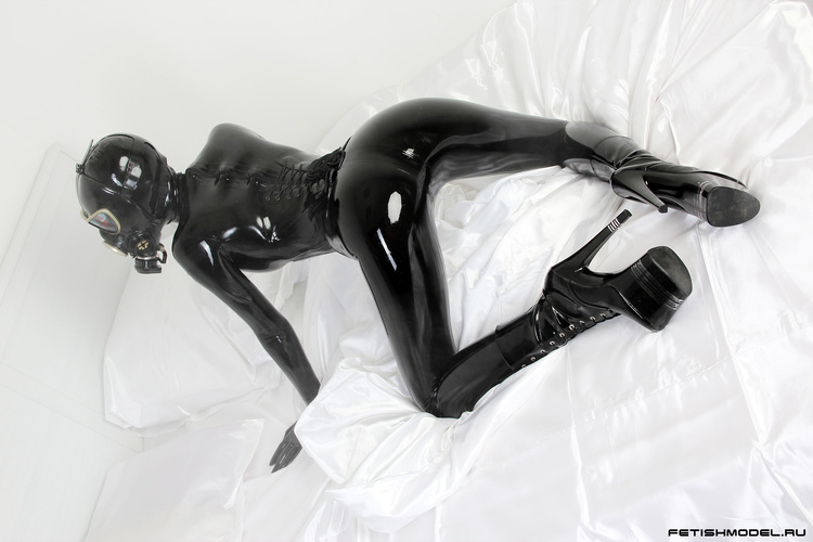 Девушка комбинезон черный латекс фетиш с противогаз - Стоковое фото #764057