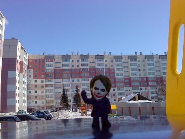 Joker-6 на фоне дома