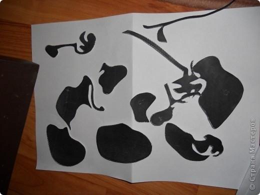 Берем наш распечатанный рисунок и приклеиваем клеем ( я использовала ПВА) на разлинеенную сторону клеящейся бумаги(так,чтобы наш распечатанный рисунок был лицом вверх).