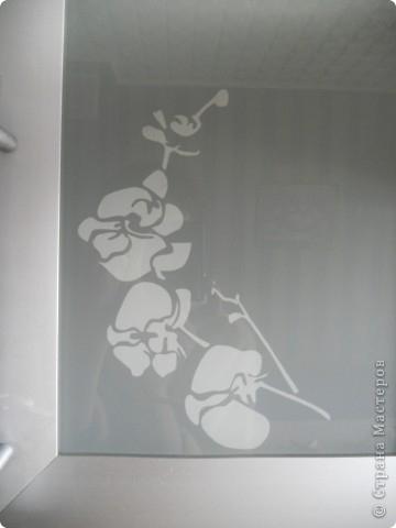 Теперь медленным движением руки………снимаем трафарет и любуемся :) Элементарно просто, дешево и ,надеюсь, красиво! Творческих успехов,мастерицы! P.S.белая орхидея у меня получилась из той же синей бумаги,только я ее наклеила с другой стороны стекла)