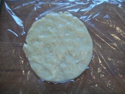 Раскатать сыр на пищевой плёнке в лепёшку диаметром около 12 см