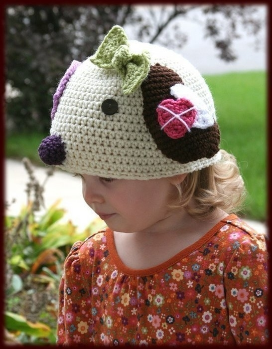Вязаные шапочки зверюшки с манишкой для самых маленьких.