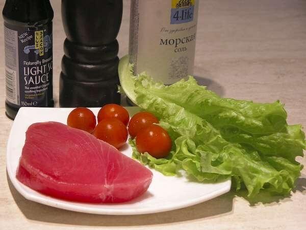 пара стейков тунца (вполне достаточно, так как он такой питательный),  светлый соевый, смесь перцев, крупная морская соль, помидоры черри и зеленый листовой  салат