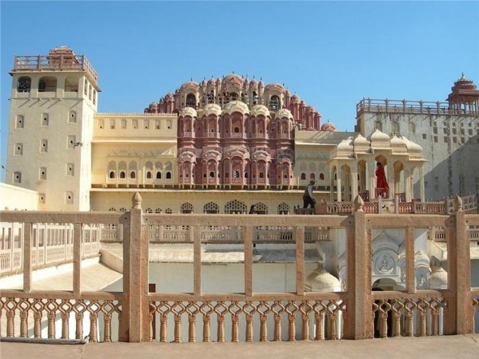 Хава Махал сооружение сравнительно молодое: его построили в 1799 году, то есть всего пару веков назад. Причудливая мысль индийского архитектора подарила гарему индийскую святыню: дворец выполнен в форме венца Кришны.