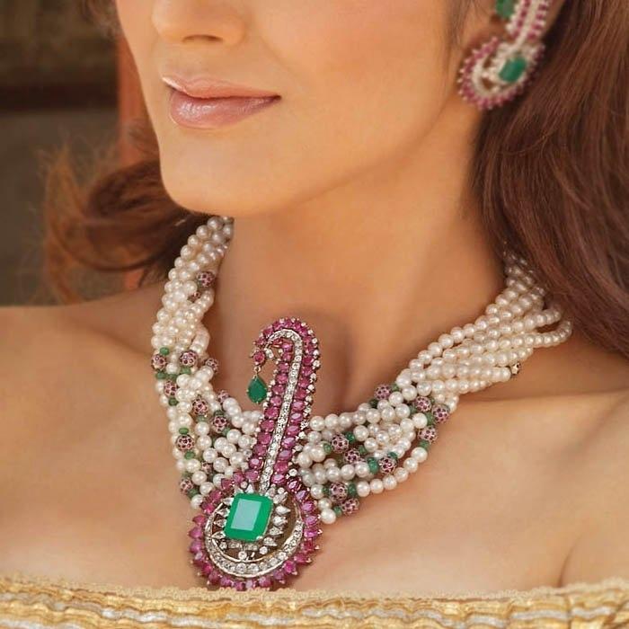 Мина – индийское название для эмали, специальная категория стекловидного покрытия, включающая металлы. Эмалирование на золоте и серебре – техника минакари