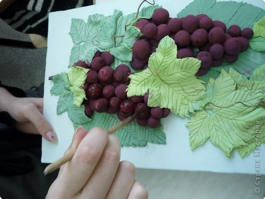9. Листья тонкие, быстро высохли. Теперь роспись. (Я где то уже писала, лучше бы сразу расписали ягоды, покрыли лаком - и монтировали на листья.) А так, опять кропотливая работа, под каждый листочек надо попасть. Чтобы с другими работами сочетался виногр