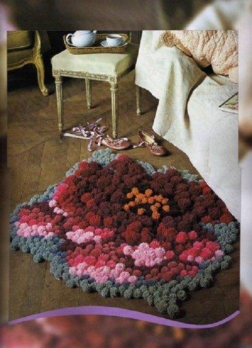 Шикарный цветочный коврик из помпонов.