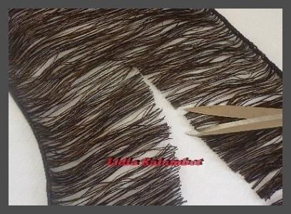 Разрезаю ножницами посередине, в результате чего получается две длины.