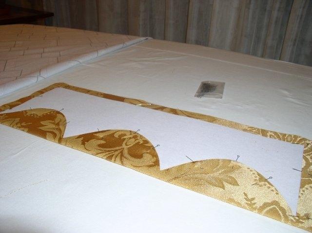 Скалываем булавками протыкая два слоя ткани