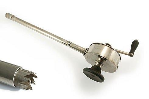 Lollini  Этот перфоратор использовался, чтобы выполнить краниотомию головы ребёнка как предварительный процесс в разрушении черепа, который позволил бы последующее извлечение.
