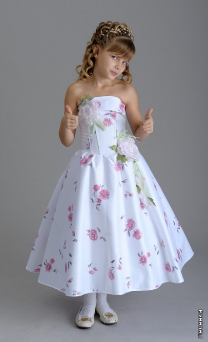 Много много платьев на выпускной в детском саду.