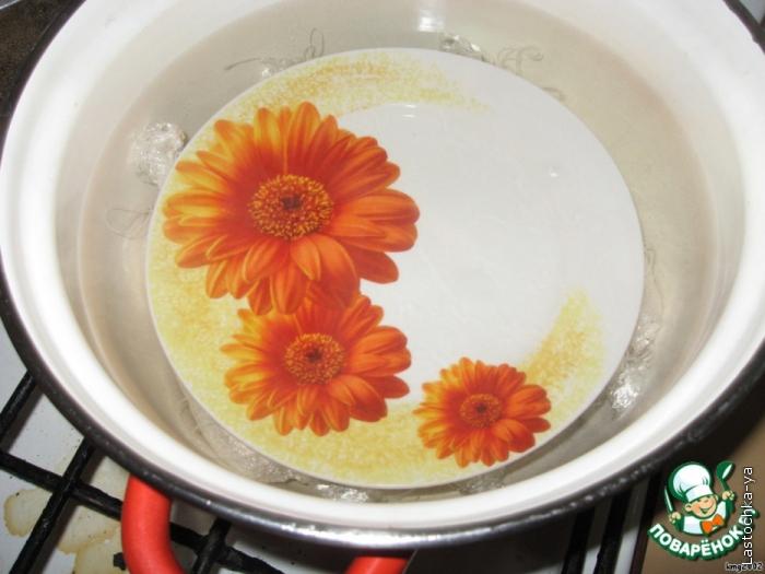 В кастрюлю наливаем воду и ставим на огонь, доводим до кипения и уменьшаем до минимума. Вода не должна кипеть. В воду выкладываем колбаски и придавливаем их блюдцем, чтобы они не всплывали. Варим их 60 минут.