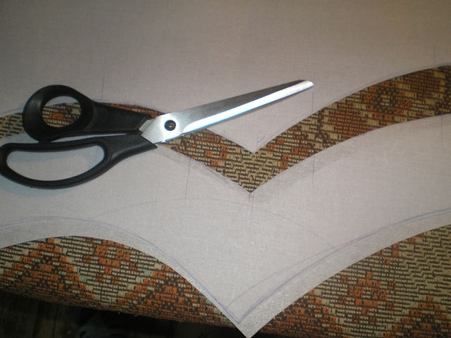 разрезаю ламбрекен на две части,основной верх и нижний отделка-обтачка
