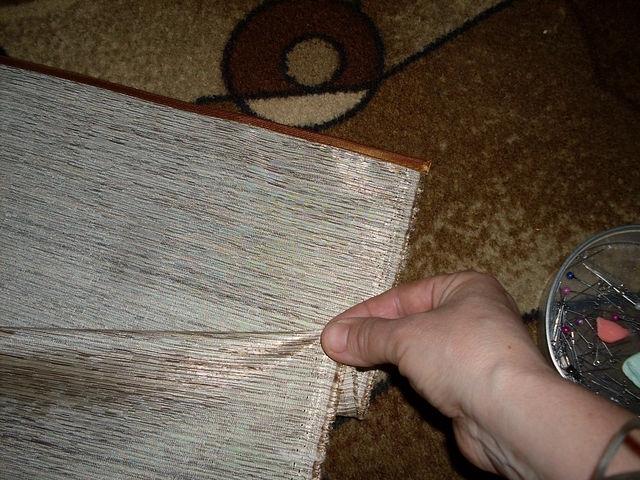Складки закалываем в сторону широкой стороны хвостика