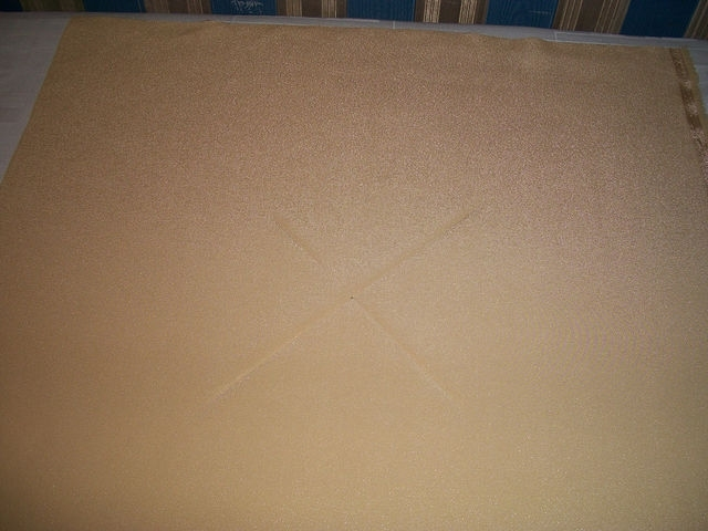 Берём квадрат ткани 36х36 см. Находим середину.