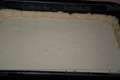 Выложить массу на холодный корж и выпекать 25-30 минут при 160 градусах.