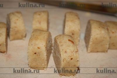 Раскатать каждую порцию теста в виде валика и нарезать на небольшие кусочки.