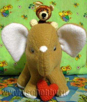 Однажды мне пришла в голову идея подарить игрушку слонёнка. Просмотрев несколько выкроек игрушек слонов из Интернета, я поняла, что лучше сделаю свою (хотелось слоника именно не плоского -  подушечкой, а настоящего, стоящего на четырёх ножках)!