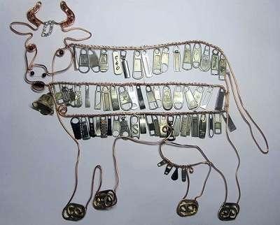 Но даже если у Вас есть лишь проволока, но нет ни бусин, ни бисера, не стоит отчаиваться! Подобную корову можно сделать даже из того, что в буквальном смысле слова валяется у нас под ногами! Вот крэйзи метал корова всё той же рукодельницы: