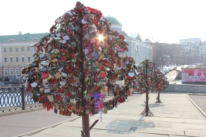 В Москве на Лужковском мосту сделали несколько деревьев из металла, которые названы