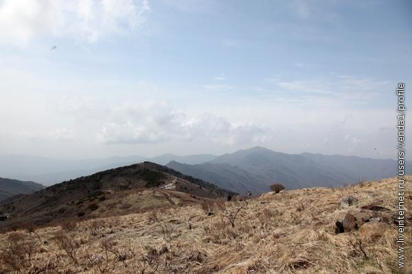 Хребет Чирисан имеет высоту 1500 метров, нас завезли автобусом на 1100 метров, так что подъем наш был чисто символический.