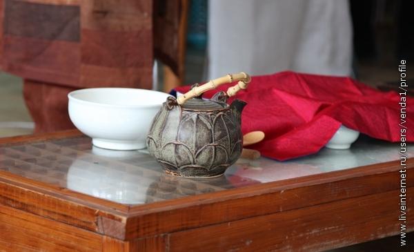 А на столе уже ожилают чайные принадлежности.