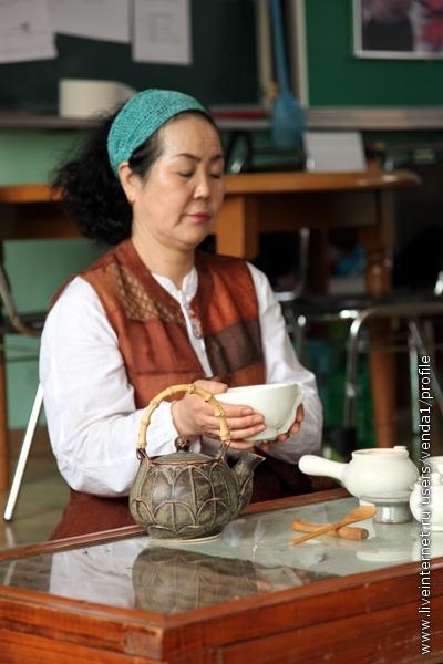Затем чайник ставят, крышку маленького чайника кладут на подставку двумя руками (в Корее это - признак уважения, поэтому когда что-то подают, правую руку всегда поддерживают левой). берут чашу и
