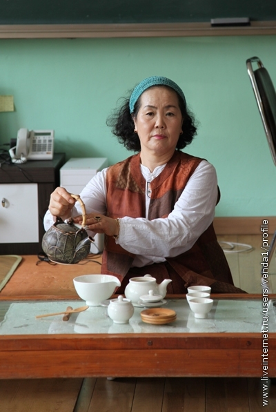 Снова берем чайник с кипятком и наливаем в чашу.
