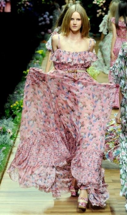 Начинаю поиски, к примеру, выкройки этого платья.