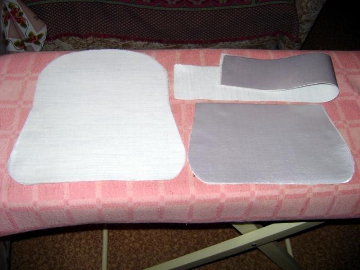 Расчертить с учётом припусков по 1 см на швы:  Белый атлас (детали 1-3) Клеевую ткань (сделать 2-4 копии деталей 1-3 для жёсткости, дно сумочки желательно лучше уплотнить) Подкладку (деталь 4 и верхнюю часть детали 2 над пунктирной чертой). Проклеить утюг