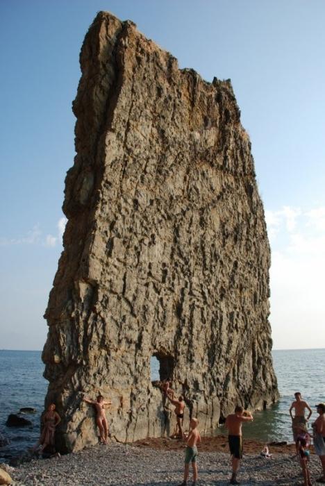 В этом отверстие любят фотографироваться туристы, приезжающие (или приплывающие) на экскурсию к cкале Парус.