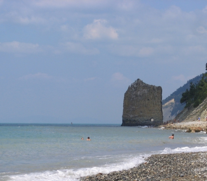 Пляжи здесь мелко галечные, дно чистое и ровное.