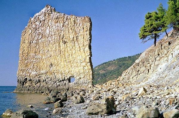 На высоте примерно 2,5 метра в Парусе есть отверстие (диаметром около метра), происхождение которого весьма неясно. Во многих путеводителях пишется, что оно пробито стрелками горной артиллерии во время Кавказской войны.