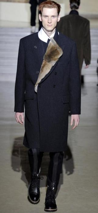 Очередным трендом сезона станет пальто яркого цвета как в дефиле от...