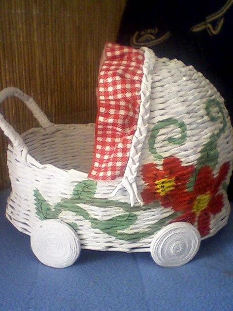 Плетение из газет коляски для детских игр с куклами (6)
