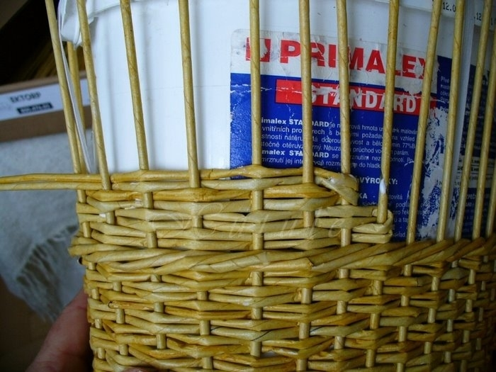 Плетение из газет коляски для детских игр с куклами (3)
