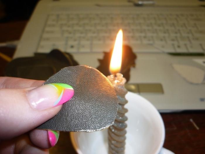 аккуратненько над пламенем свечи обжигаем наши лепестки,если вам удобно можно пользоваться зажимом,
