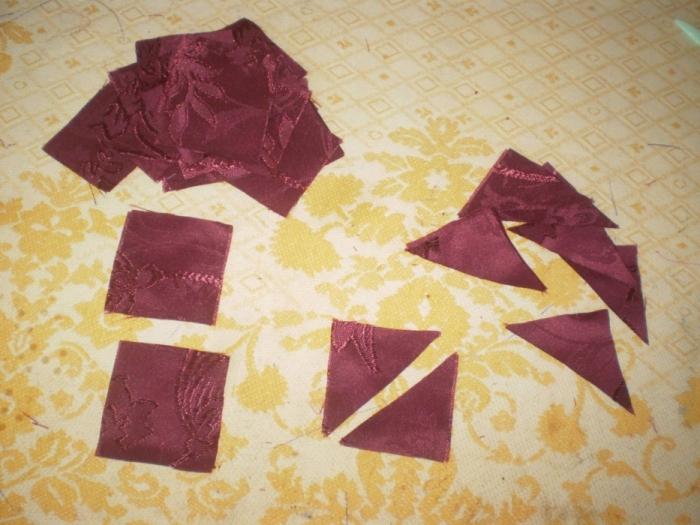 Из ткани которую будете использовать для вставки выкроить 32 квадратика 5х5 см. 8 из них разрезать на треугольники.