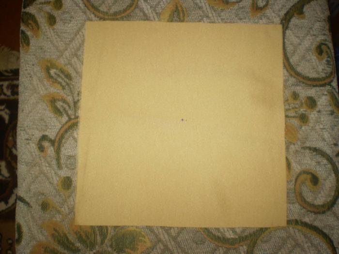 1. Выкроить из основной ткани 16 квадратов 20х20 см. каждый. Наметить середину.